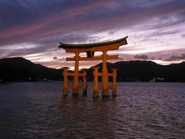 日没直後の厳島神社(海中大鳥居)