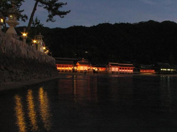 日没直後の厳島神社(本殿)