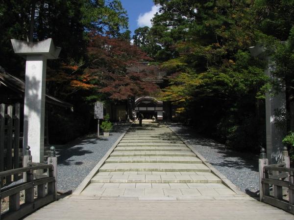 金剛峰寺の入り口から