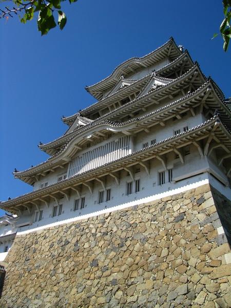 世界遺産「姫路城」を見上げる