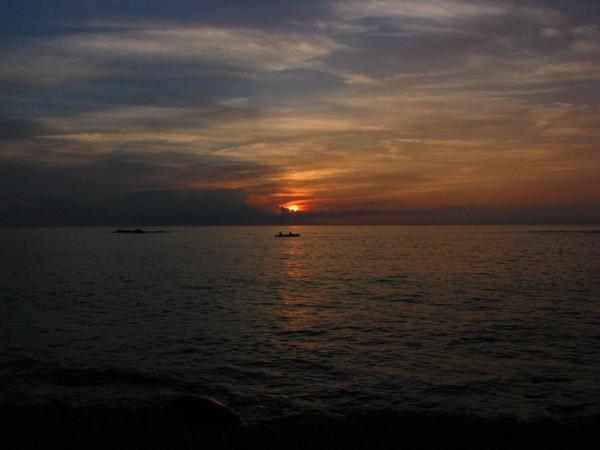 オホーツク海に沈む夕陽とシーカヤック