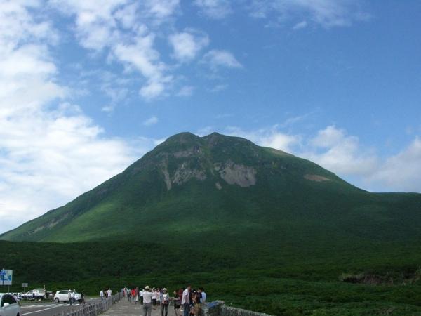 知床峠から望む羅臼岳